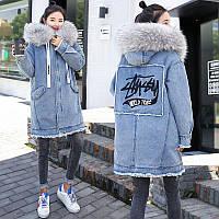 Женская джинсовая длинная утепленная куртка с серым мехом