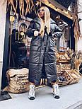 Длинное зимнее плащевое женское пальто с объемным капюшоном и карманами 1802258, фото 4