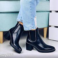 Демисезонные ботинки на каблуке из эко-кожи глянцевой черного цвета с декоративной отделкой