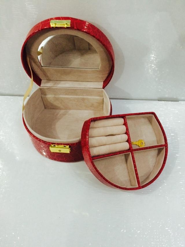 Кожаная шкатулка для украшений с вкладышем