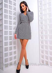 Приталенное платье с запахом в гусиную лапку