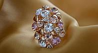 Богатое женское кольцо с крупными разноцветными камнями.