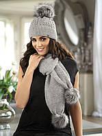 Красивый теплый шарф и шапка, украшенные помпонами от Kamea - Alisa