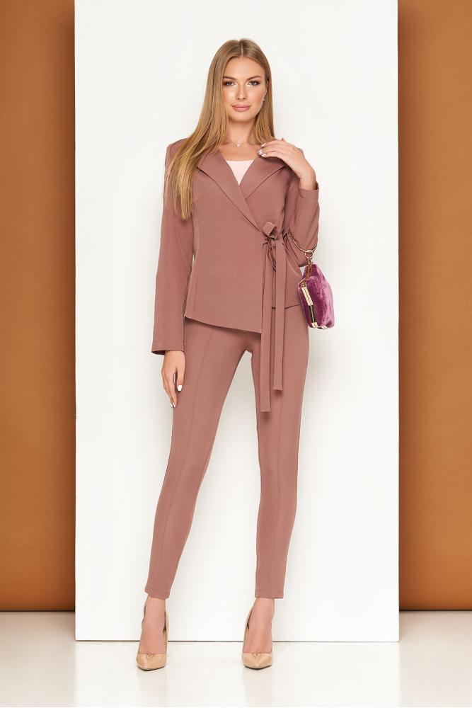 Женский однотонный костюм розового цвета: жакет на запах с пояском и зауженные брюки L-263