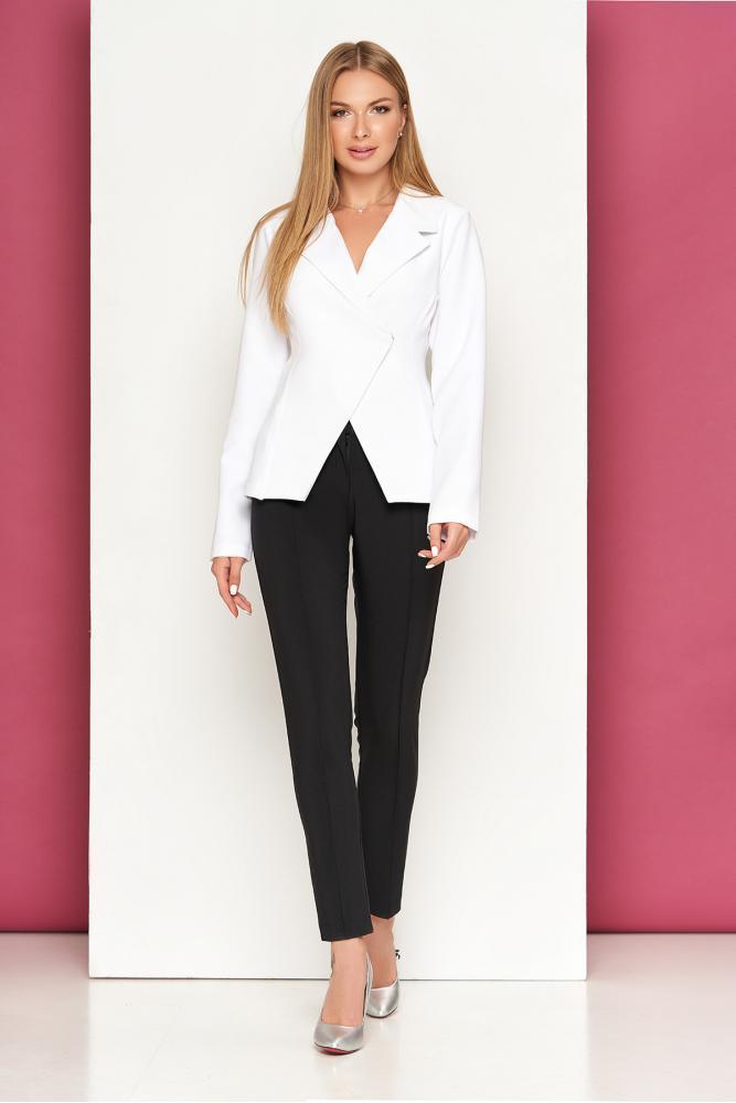 Женский классический костюм : прямые черные брюки и белый жакет на запах L-262