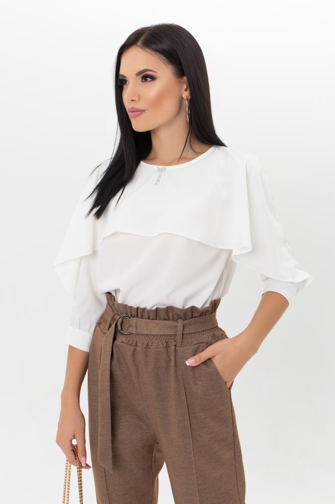 Женская блузка молочного цвета с длинными рукавами и воланом спереди
