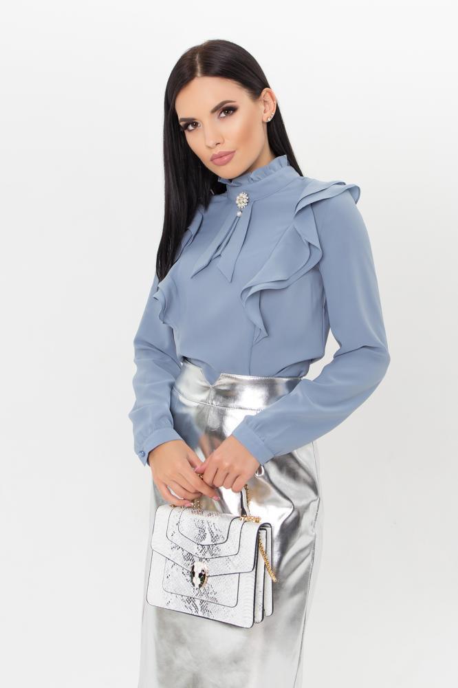 Однотонная классическая темно-голубая женская блузка с воланами и воротником стойкой