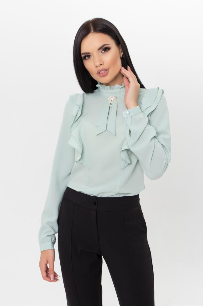 Классическая оливковая женская блузка с рюшами и воротником стойкой