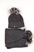 Красивый теплый шарф и шапка, украшенные помпонами от Kamea - Alisa темно-серый