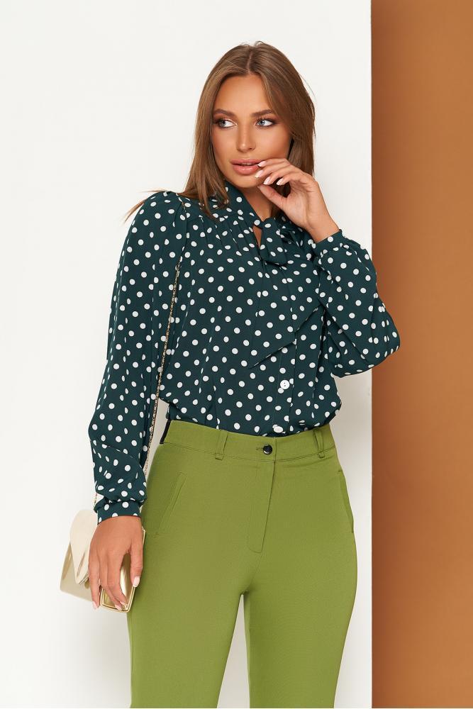 Зеленая блузка в горох с воротником-аскот и длинными рукавами