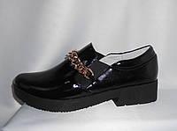 Молодежные женские модельные лаковые туфли с цепочкой спереди