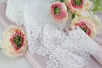 Кружево с вышитыми цветочками на мелкой сеточке белого цвета, ширина 9,5 см. №719-101