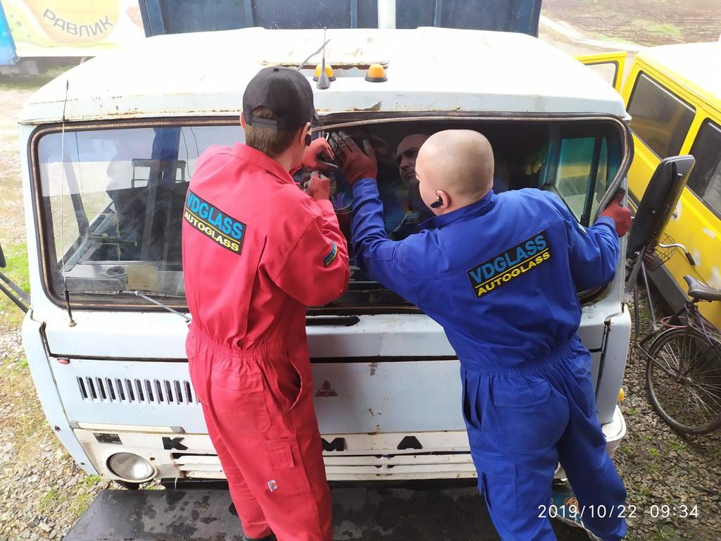Производство и замена лобового стекла триплекс на грузовике КАМАЗ  в Никополе (Украина).