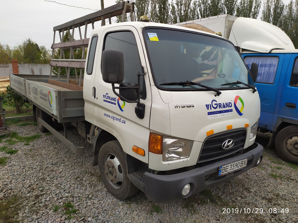 Производство и замена лобового стекла триплекс на грузовике Hyundai hd 65  в Никополе (Украина).