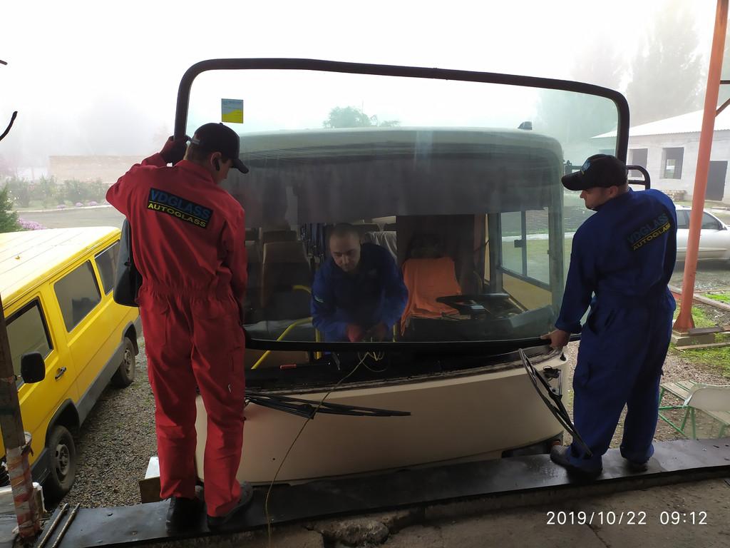 Производство и замена лобового стекла триплекс на автобусе ЛАЗ 4207 Лайнер 10 в Никополе (Украина).