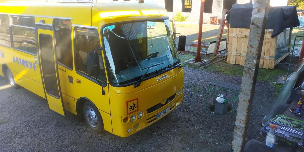 Производство и замена лобового стекла триплекс на автобусе Богдан Ataman D093S4 Школьный автобус в Никополе (Украина).