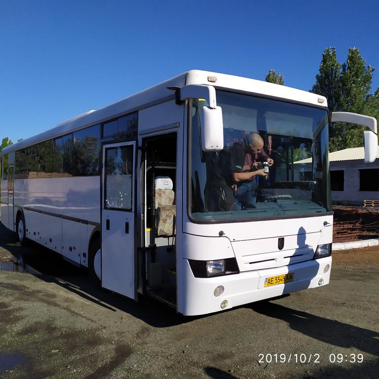 Производство и замена лобового стекла триплекс на автобусе НефАЗ 5299-17-33 в Никополе (Украина).