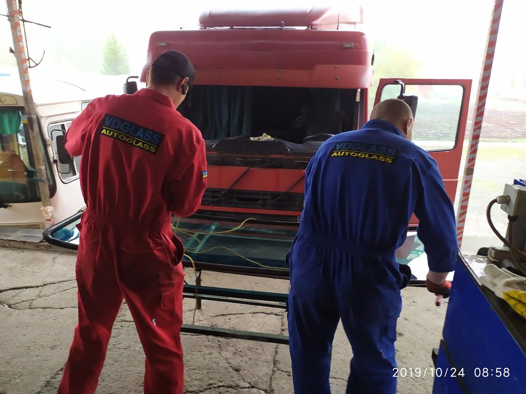 Производство и замена лобового стекла триплекс на грузовике DAF XF95 430 в Никополе (Украина).