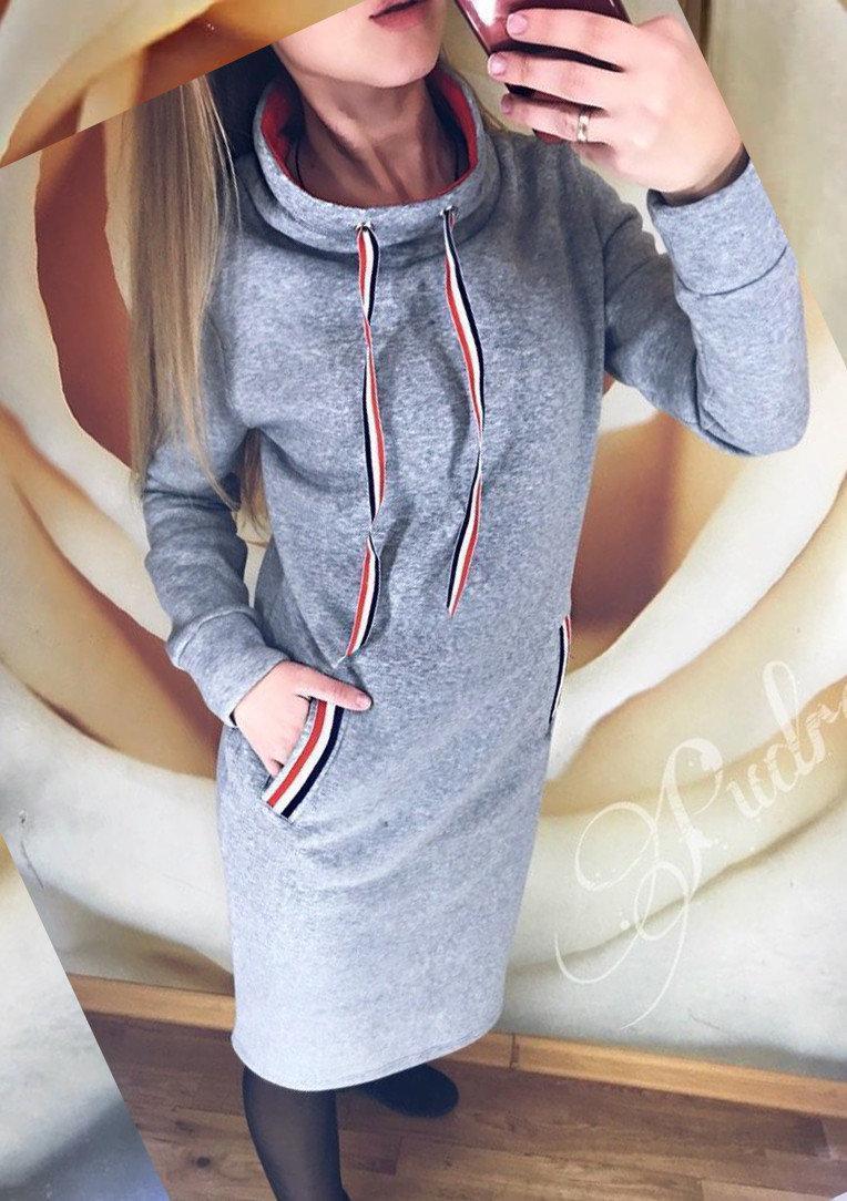 Повседневне утепленное платье спортивного стиля до колен серого цвета