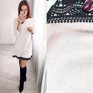 Теплое платье из ангоры с кружевом выше колен светлое