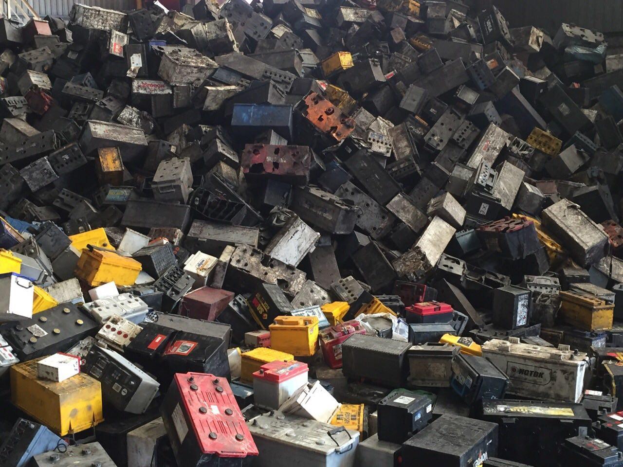 Брухт свинцевих батарей в поліпропіленових моноблоках