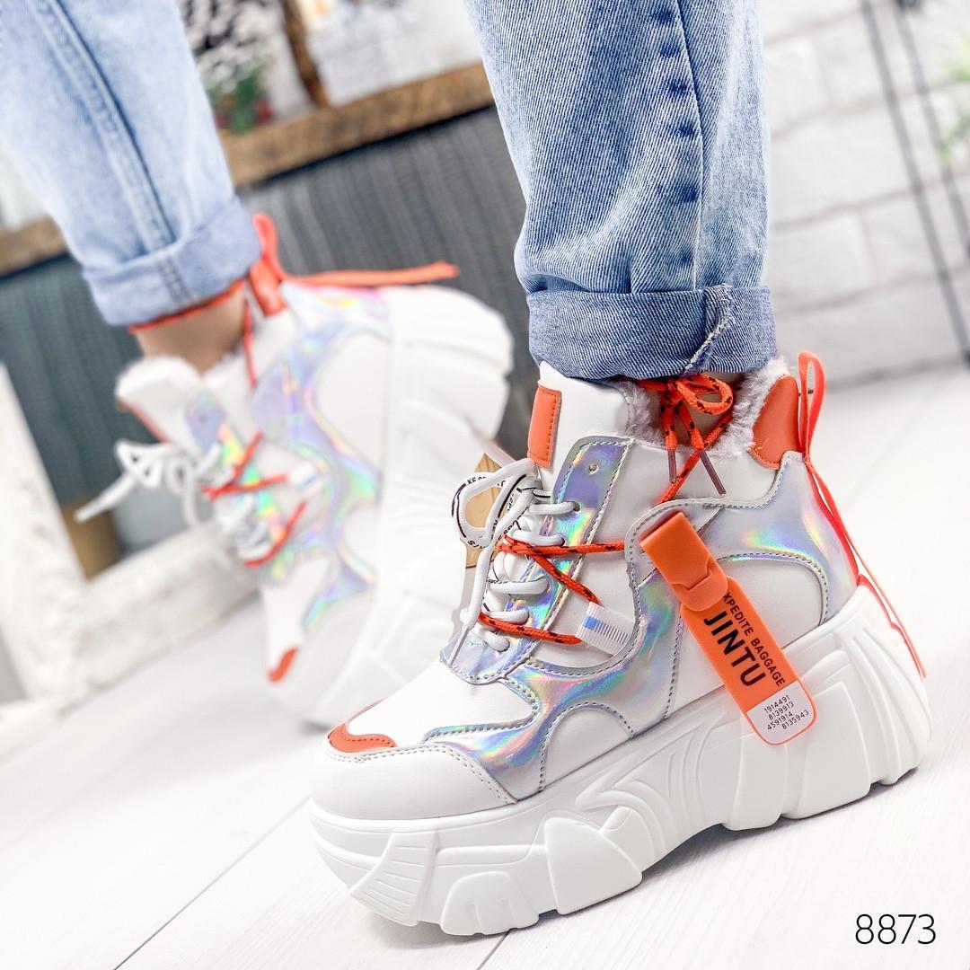 Женские зимние кроссовки на массивной фигурной платформе Jintu белые с оранжевым