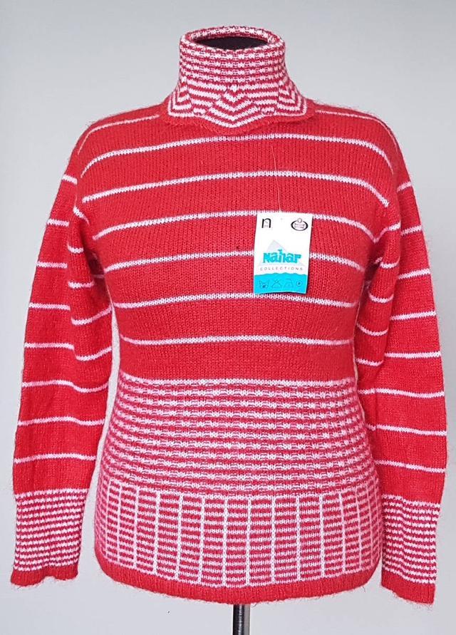 фотография женский шерстяной свитер в полоску с высоким воротником