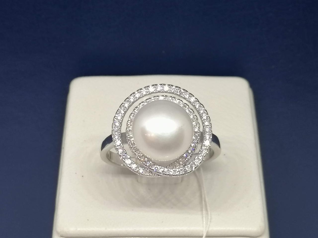 Серебряное кольцо с жемчугом и фианитами. Артикул А16326 19