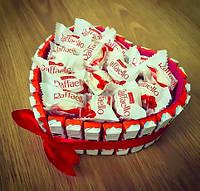 Съедобный подарок из конфет и шоколадок. Вкусный подарок в форме сердца