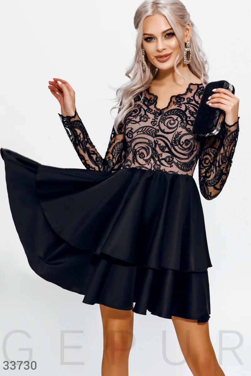 Короткое вечернее платье с контрасным кружевом и длинным рукавом черного цвета