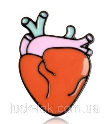 Брошка в форме сердца