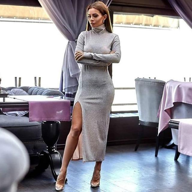 Шикарное платье миди под горло с разрезом на ноге с напылением