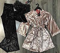 Пудровый велюровый халат и черная пижама с штанами-набор.