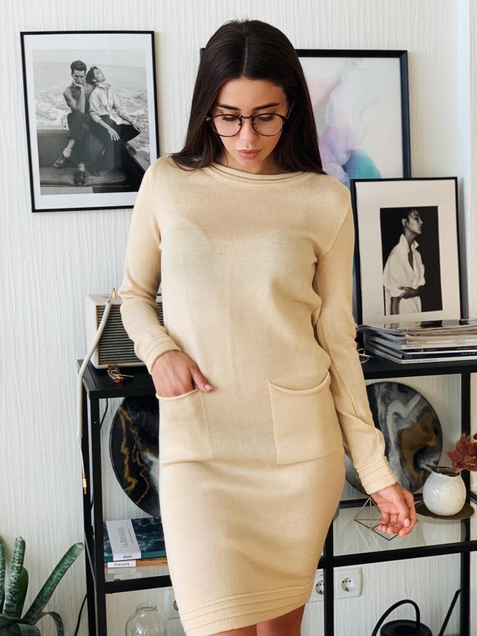 Прямое платье мелкой вязки с длинным рукавом и накладными карманами 4003357