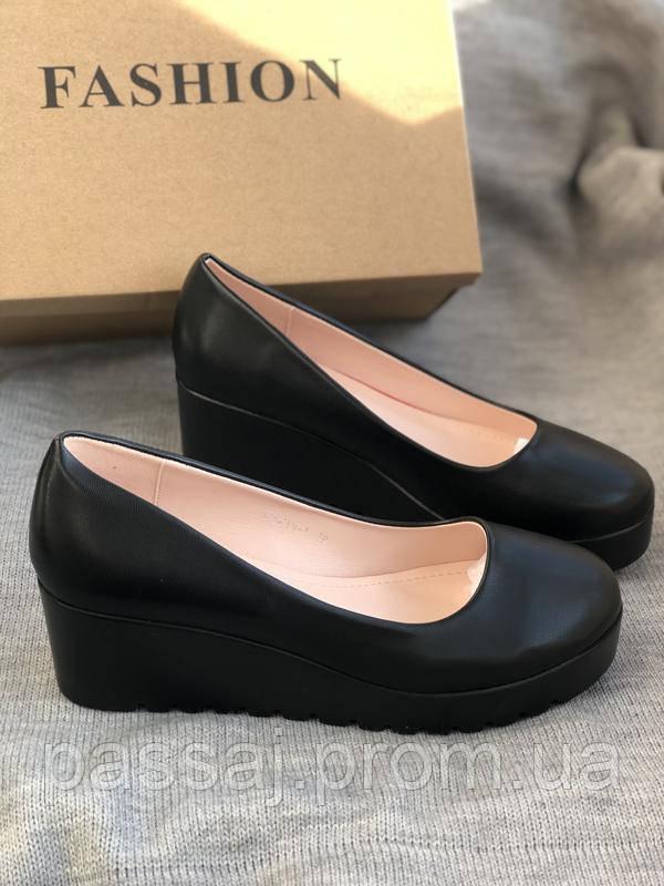 Черные туфли на тракторной черной танкетке