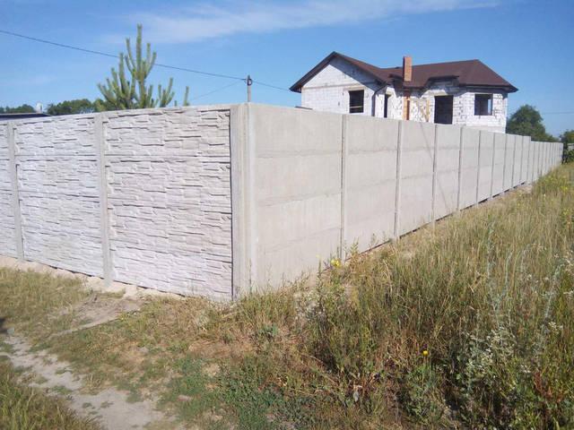 Монтаж бетонного забора Сланец на 4 секции. Вид с обеих сторон, затирка швов.