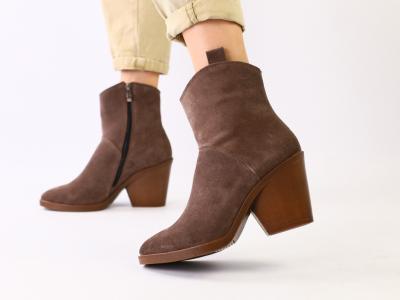 Женские зимние замшевые ботинки цвета капучино на каблуке