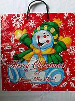 Цветной полиэтиленовый пакет с пластиковой навесной ручкой 37*40 см Новый год красный
