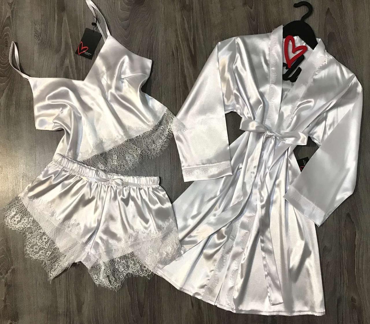 Белый комплект одежды для сна и отдыха.