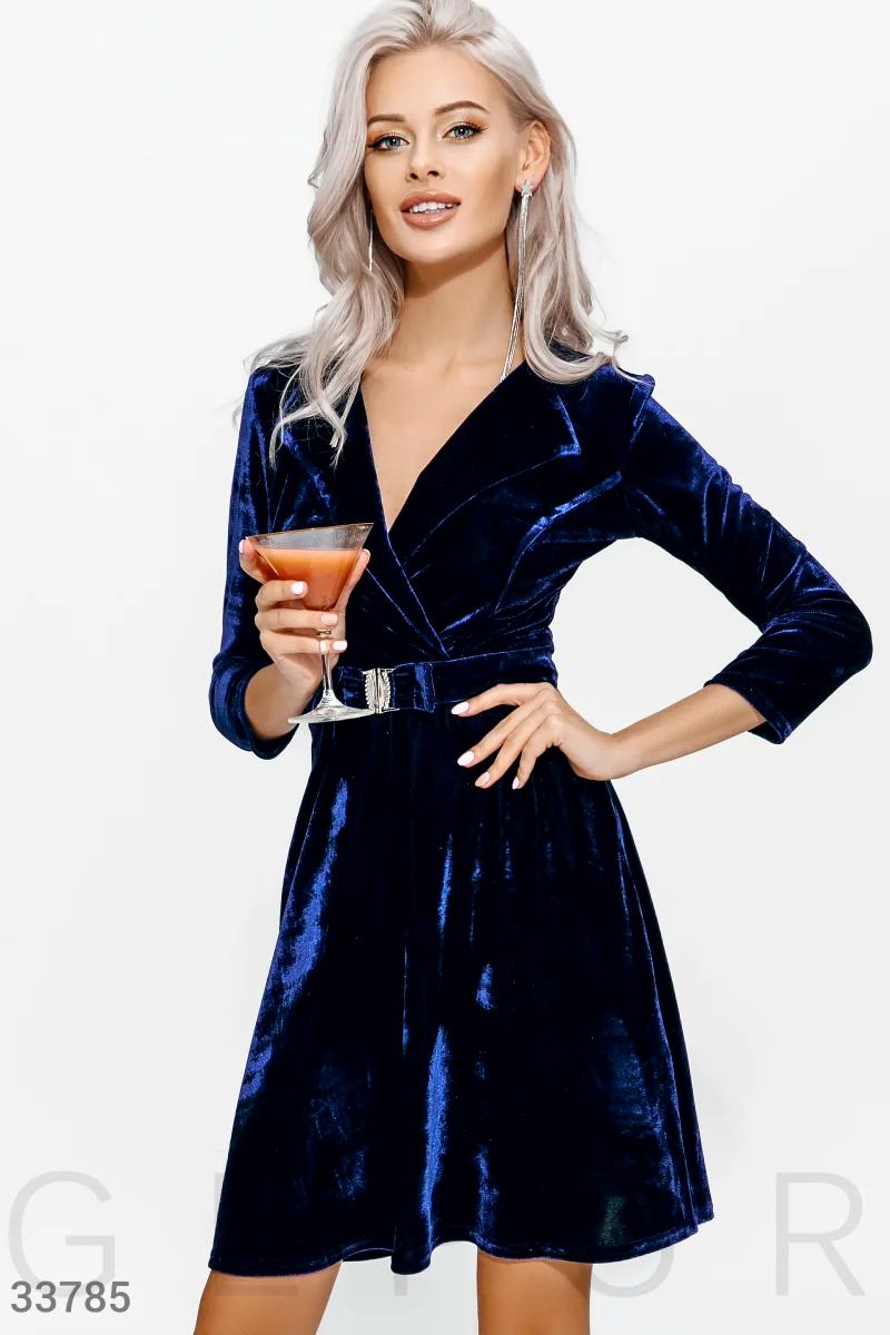 Вечернее бархатное платье мини с драпировкой и поясом темно-синий