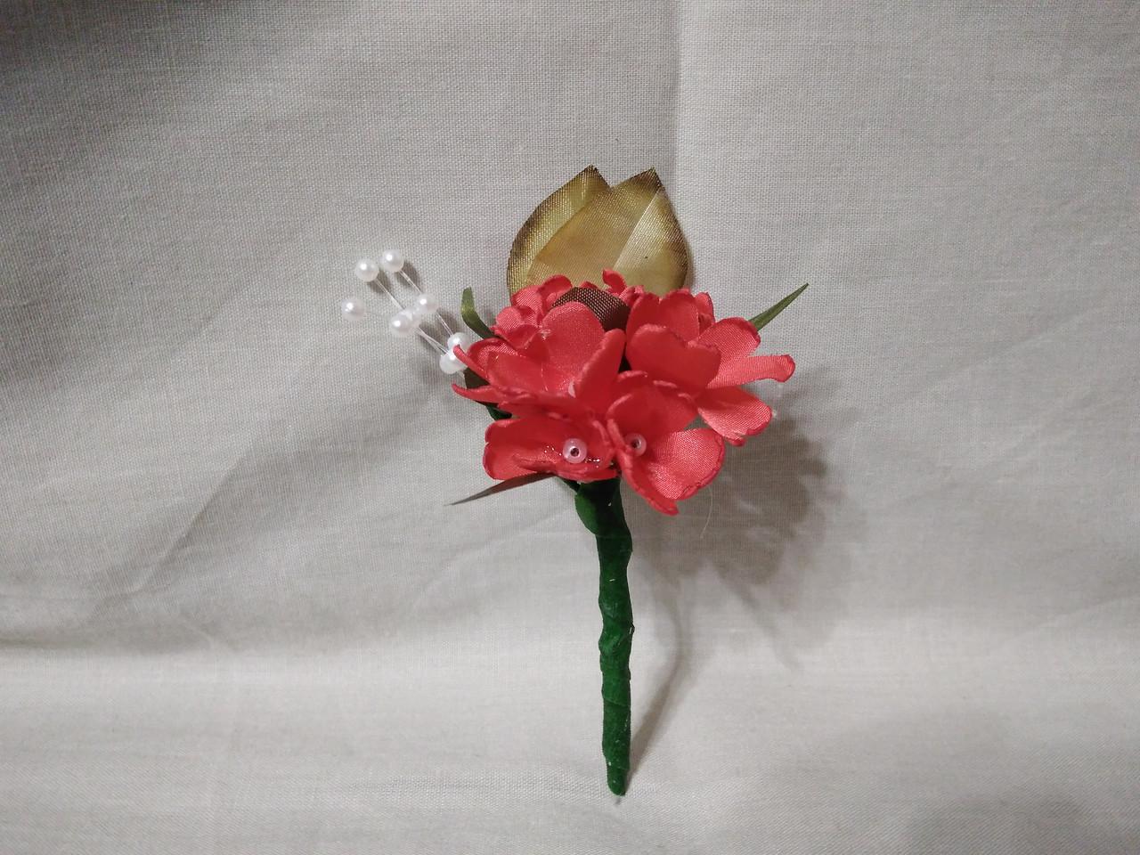 Бутоньерка для гостя на свадьбе красная