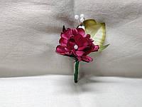 Бутоньерка для гостя на свадьбе малиновая