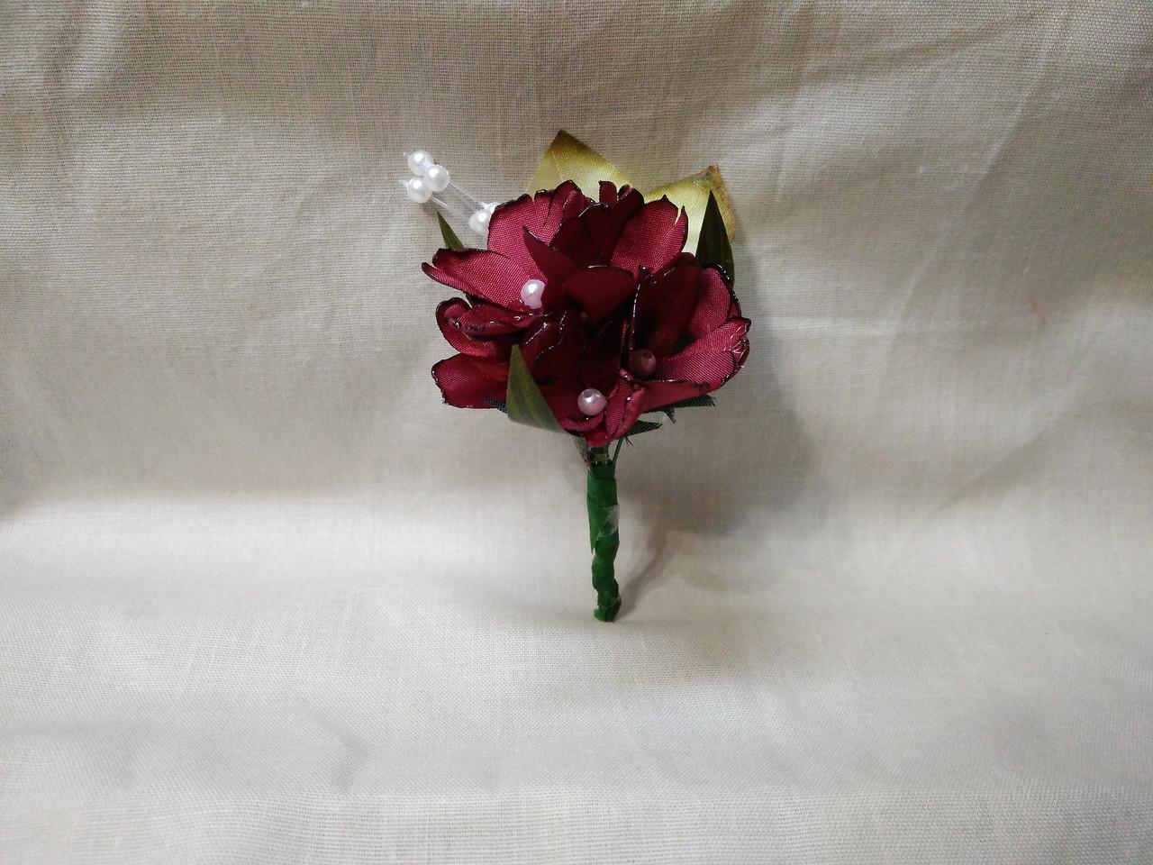 Бутоньерка для гостя на свадьбе бордовая (марсала)