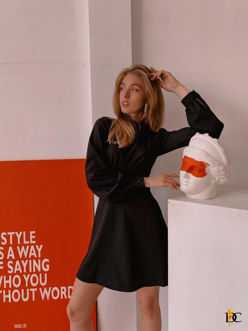 Короткое платье из нежного материала софт подчёркивает стройность талии. Размер:С,М. Цвет: черный. (Р 2641 )