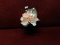 Бутоньерка для гостя на свадьбе персиковая