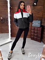 Стильная теплая короткая дутая женская куртка в полоску