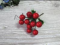 Ветка с красными ягодами и падубом - 23 грн