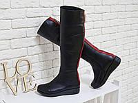 Сапоги-ботфорты из натуральной кожи классического черного цвета со вставками из яркой кожи красного цвета и ме