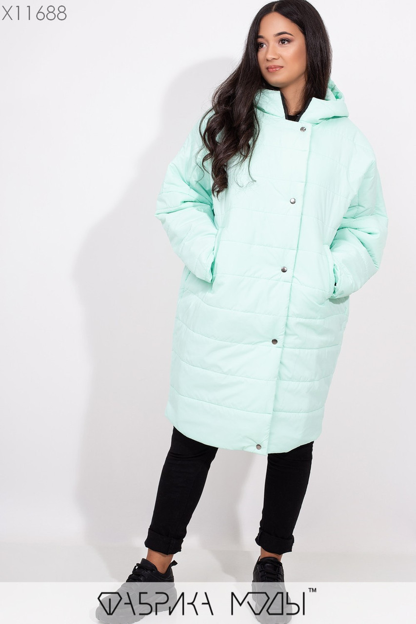 Плащевое женское пальто оверсайз в больших размерах с капюшоном и карманами vN5371