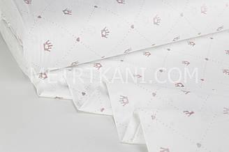 """Тканина ранфорс """"Корони на точкових ромбах з сердечками"""" брудно-рожеві (гліттер) на білому Туреччина 240 см"""
